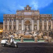 scooter prs de la Fontaine de trevi Rome
