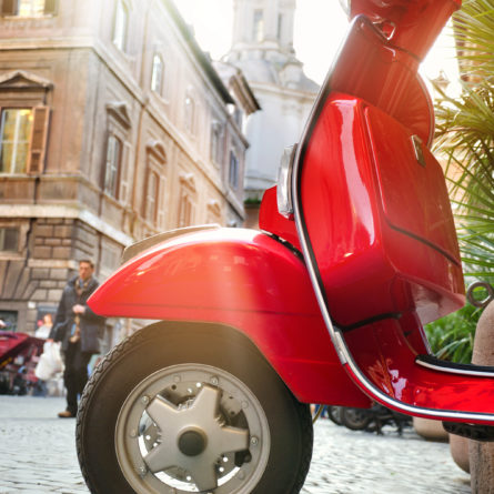 Roter Retrolook Motorroller in Rom – Red Scooter in Rome