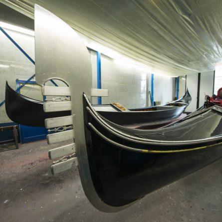 interno di un cantiere per la riparazione e la costruzione di gondole a Venezia