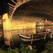 Italia,Toscana,Ponte Vecchio e fiume Arno, di notte.