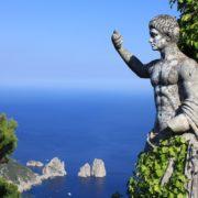 Statue romaine et vue sur les Fariglioni  Anacapri – Italie