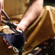 Szewc naciga skr na kopycie szewskim