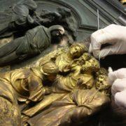 fasi-del-restauro-della-porta-nord-del-battistero-di-firenze-3-courtesy-opera-di-santa-maria-del-fiore-foto-gianluca-moggi